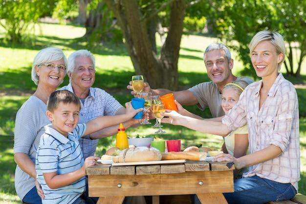 Glückliche familie, die picknick im park hat