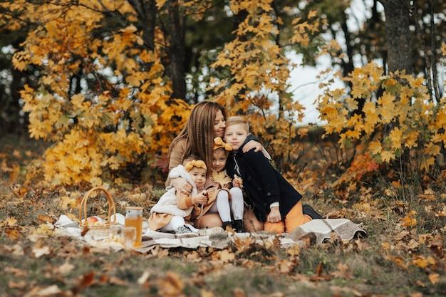 Glückliche familie, die picknick im park hat.