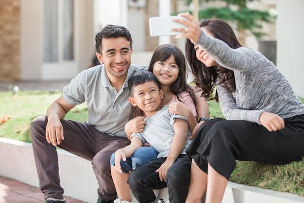 Glückliche familie, die selfie zusammen nimmt