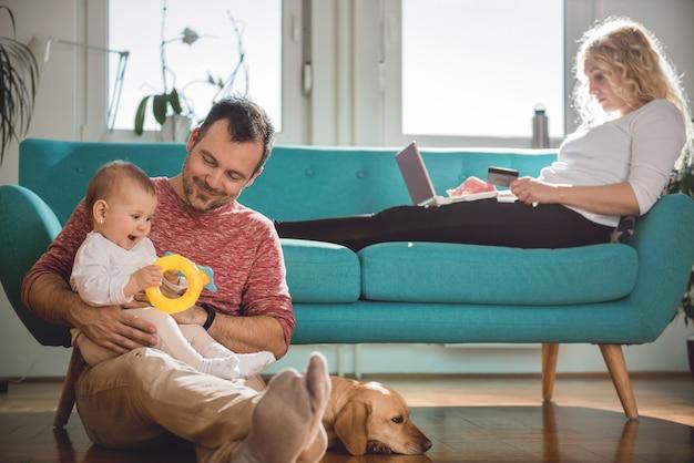 Glückliche familie, die sich zu hause entspannt
