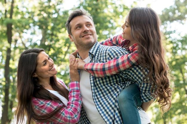 Glückliche familie, die spaß im park hat