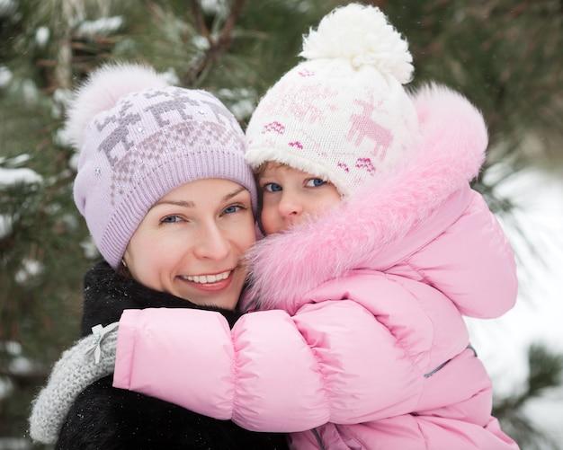 Glückliche familie, die spaß im winterpark hat