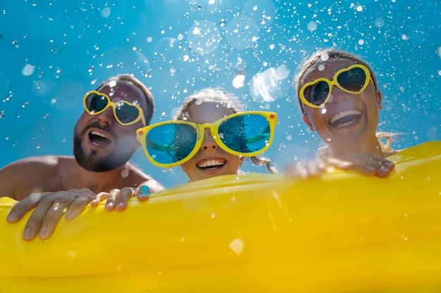 Glückliche familie, die spaß in den sommerferien hat