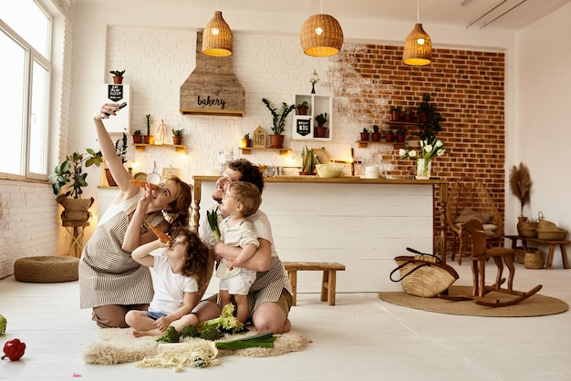 Glückliche familie, die spaß in der küche hat