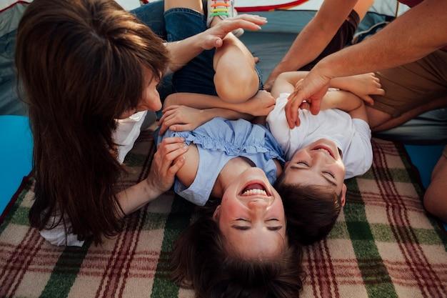 Glückliche familie, die spaß während des picknicks hat