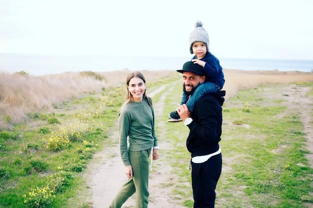 Glückliche familie, die spaß zusammen im freien hat