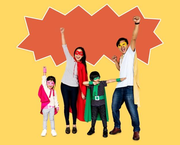 Glückliche familie, die superheldkostüme trägt
