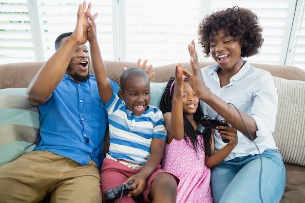 Glückliche familie, die videospiel spielt