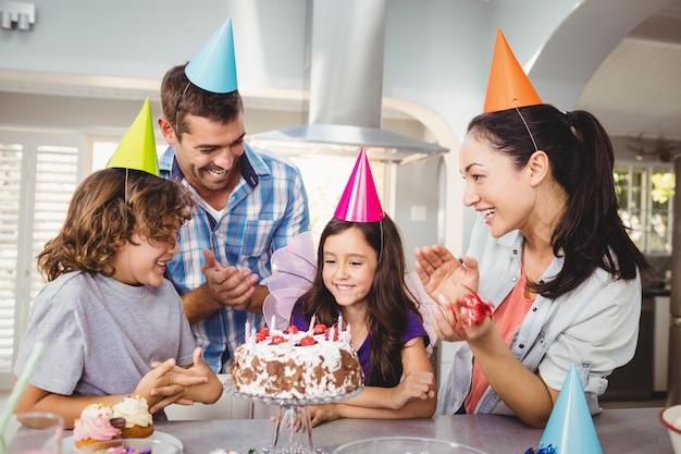 Glückliche familie, die während der geburtstagsfeier klatscht