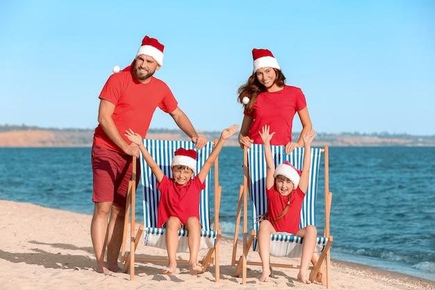 Glückliche familie, die weihnachten im tropischen resort feiert