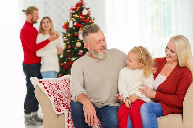 Glückliche familie, die weihnachten zu hause feiert