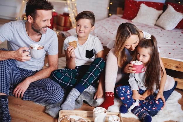 Glückliche familie, die weihnachten zusammen zu hause feiert
