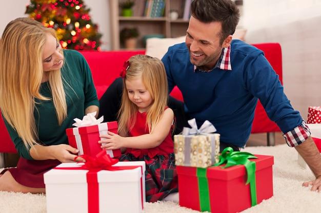Glückliche familie, die weihnachtsgeschenke öffnet