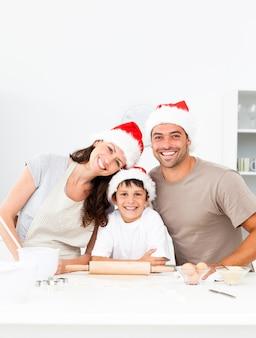 Glückliche familie, die weihnachtsplätzchen zusammen backt