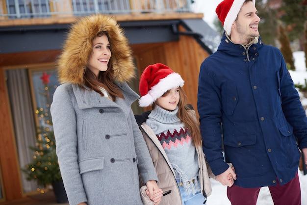 Glückliche familie, die winterspaziergang hat