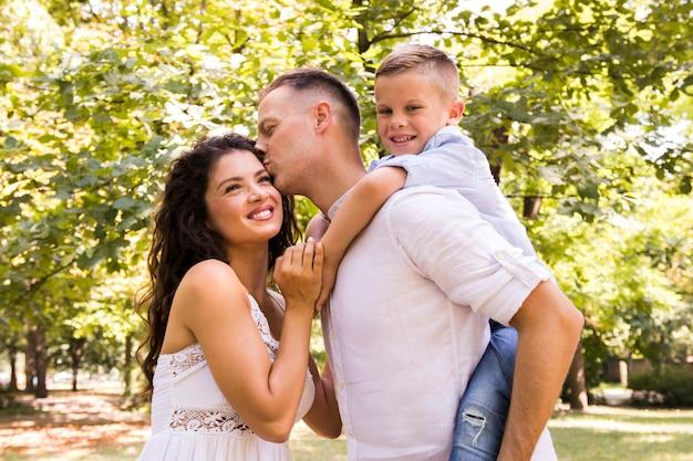Glückliche familie, die zeit im park verbringt