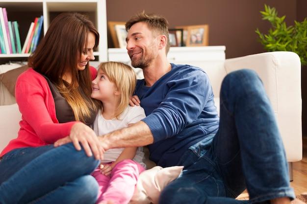 Glückliche familie, die zeit zu hause verbringt