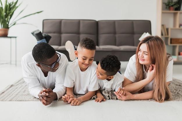 Glückliche familie, die zeit zusammen drinnen verbringt