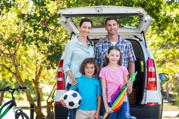 Glückliche familie, die zu autoreise fertig wird