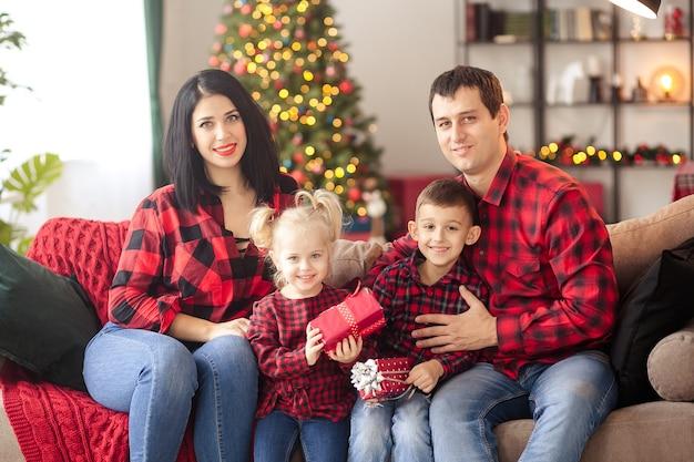 Glückliche familie, die zu hause auf neues jahr wartet