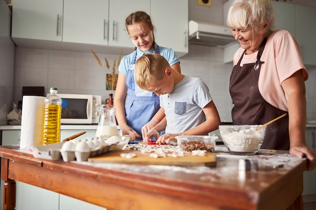 Glückliche familie, die zu hause kochen lernt