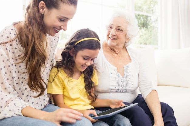 Glückliche familie, die zu hause tablette verwendet
