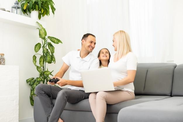 Glückliche familie, die zu hause videospiele spielt und zusammen spaß hat.