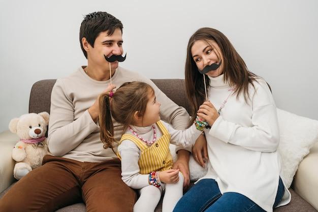 Glückliche familie, die zu hause zusammen spielt