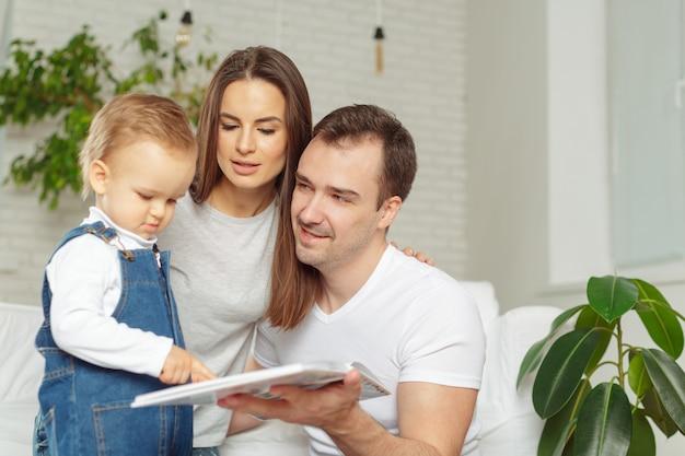 Glückliche familie, die zusammen ein buch liest