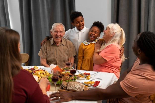 Glückliche familie, die zusammen ein schönes thanksgiving-dinner hat