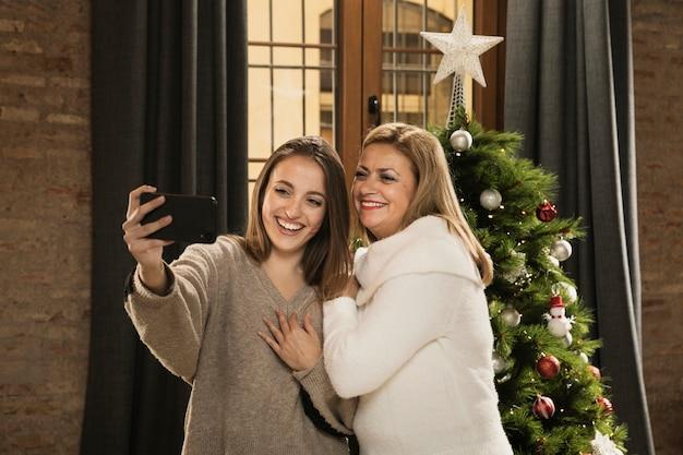 Glückliche familie, die zusammen ein selfie nimmt