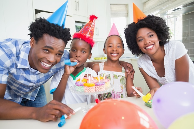 Glückliche familie, die zusammen einen geburtstag feiert
