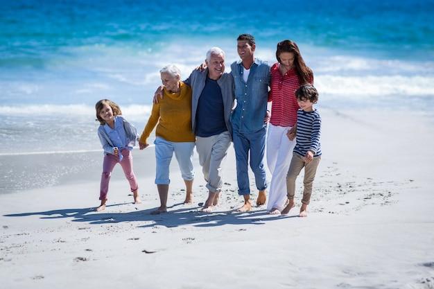 Glückliche familie, die zusammen geht