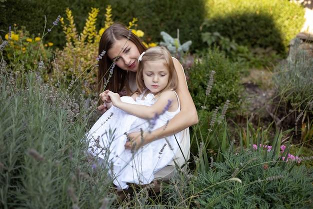 Glückliche familie, die zusammen im lavendel ruht. glück und harmonie im familienleben.