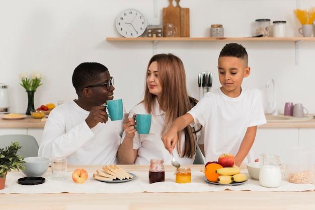 Glückliche familie, die zusammen in der küche bleibt