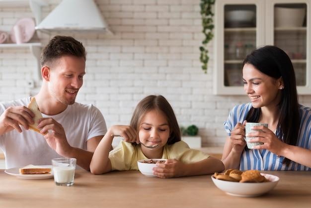 Glückliche familie, die zusammen isst