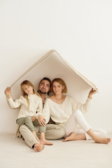 Glückliche familie, die zusammen ruht