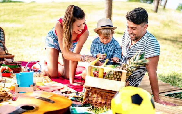 Glückliche familie, die zusammen spaß bei der picknickparty hat