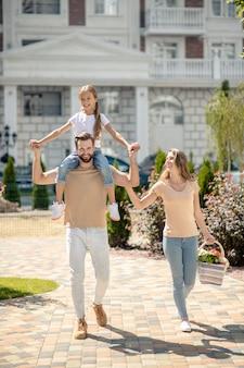 Glückliche familie, die zusammen spazieren geht