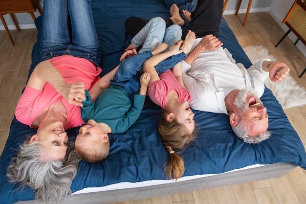 Glückliche familie, die zusammen vollen schuss spielt