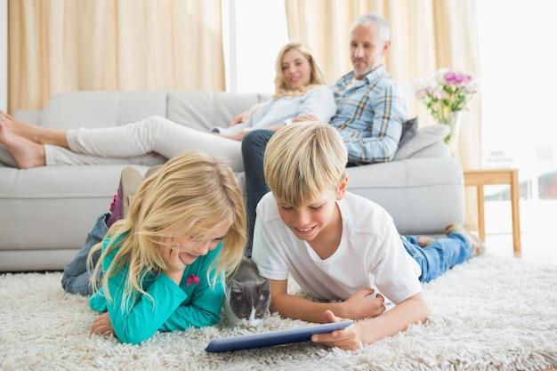 Glückliche familie, die zusammen zeit verbringt
