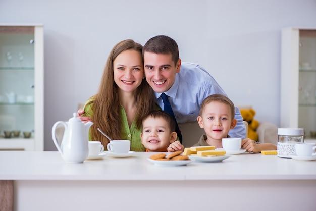 Glückliche familie, die zusammen zu hause frühstückt