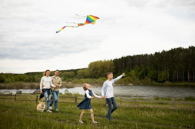 Glückliche familie drachen steigen lassen