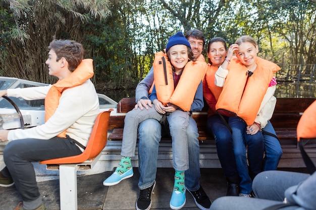 Glückliche familie einen schönen tag auf dem boot mit