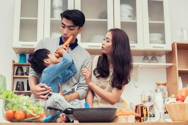 Glückliche familie frühstück in der küche