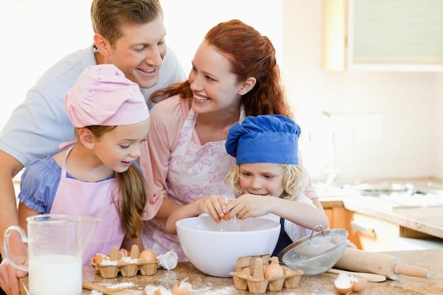Glückliche familie genießt, zusammen zu backen