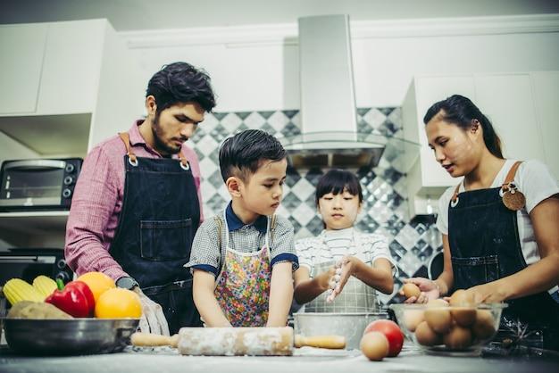 Glückliche familie haben eine gute zeit, zusammen in der küche zu hause zu kochen. familienkonzept.