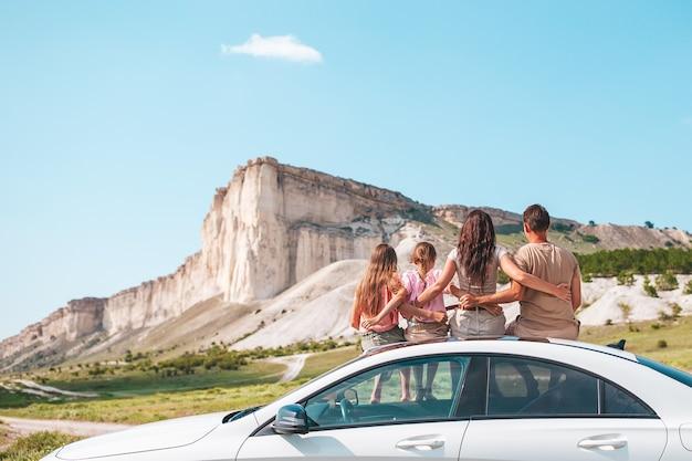 Glückliche familie haben spaß im urlaub in schöner natur auf ihrer autofahrt