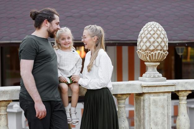 Glückliche familie im attraktionspark
