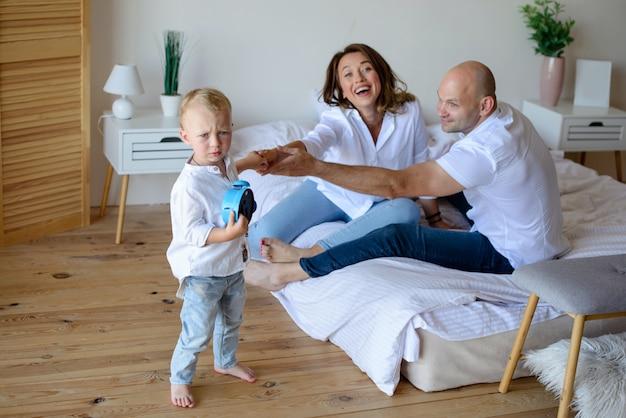 Glückliche familie im raum zusammen
